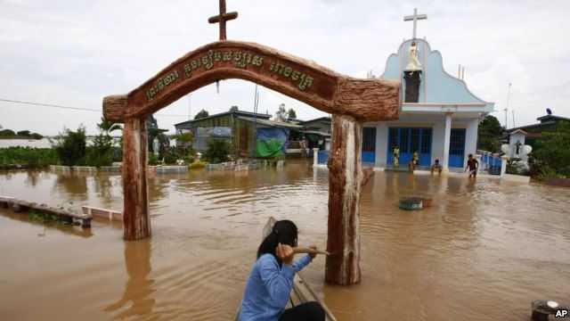 Lũ lụt dâng cao trên một con phố ở Campuchia