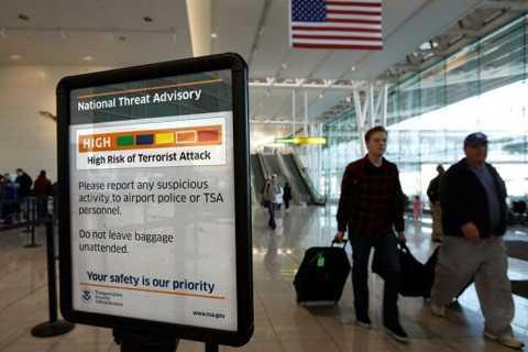 Bảng khuyến cáo về nguy cơ khủng bố tại một sân bay Mỹ đang ở màu Cam, mức độ cảnh báo cao.