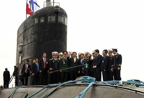 Thủ tướng Nguyễn Tấn Dũng thị sát tàu ngầm Hà Nội trong chuyến thăm Nga tháng 5/2013 (Ảnh: TTXVN)