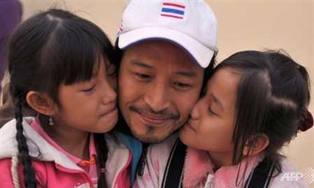 Xạ thủ Jakkrit Panichpatikum cùng hai con gái