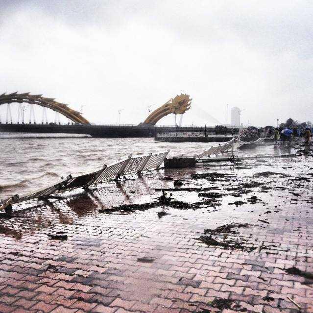 Đà Nẵng tan hoang sau cơn bão khủng khiếp vừa đi qua