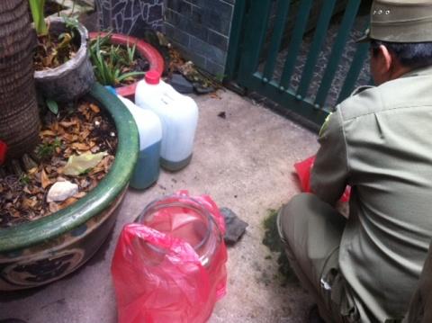 Những can xăng mà ông Linh dùng để tự thiêu (ảnh: N.Trinh)