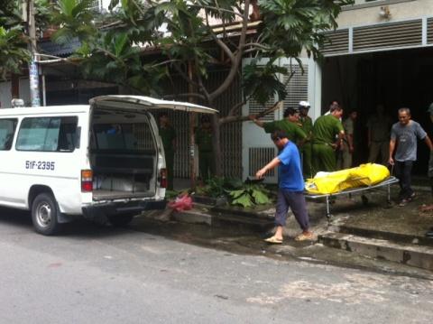 Chuyển xác ông Linh về bệnh viện An Binh để chờ người thân tới nhận (ảnh: N.Trinh)