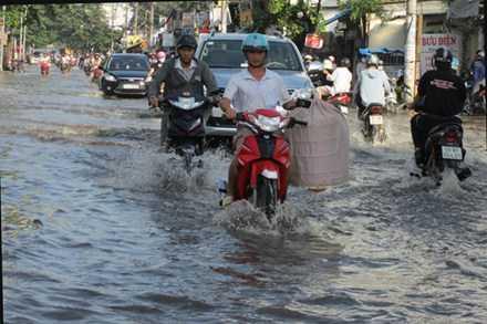 Triều cường dâng cao gây ngập đường Nguyễn Xí (P.26, Q.Bình Thạnh, TPHCM).