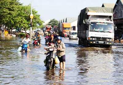Triều cường khiến nhiều tuyến đường ở Thủ Đức ngập nước.