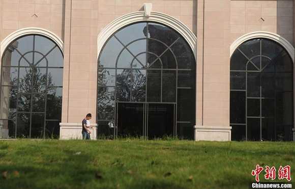 Bên ngoài của ngôi trường hoành tráng là bãi cỏ rộng và khuôn viên có nhiều cây xanh.