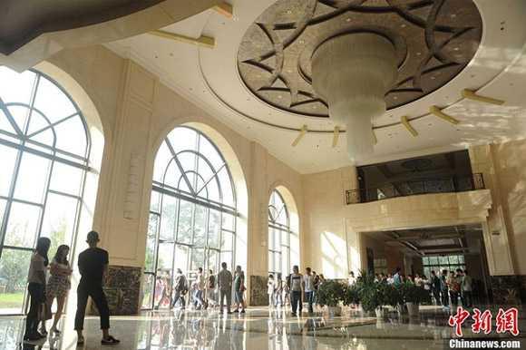 Mặt đất từ sàn đến trần là 6,3 mét, sảnh   chính của trường được bài trí sang trọng gồm ba chiếc đèn chùm pha lê cỡ   lớn và nền ốp gạch và cửa kính được thiết kế đậm chất kiến trúc châu   Âu.
