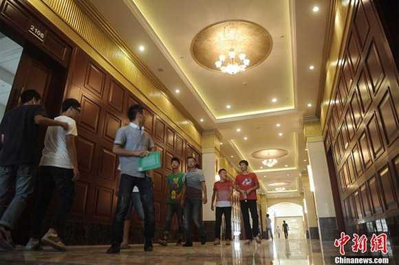 Hành lang dài và rộng, mỗi phòng học đều được lắp cửa gỗ tối màu.
