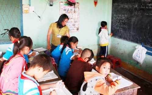Học sinh phải chen chúc học tạm trong nhà kho của Hợp tác xã nông nghiệp Hoài Nhơn.