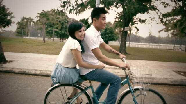 Phương Thanh thẹn thùng khi được bạn trai chở xe đạp.