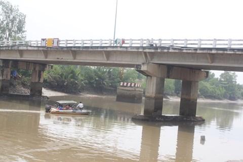 Lực lượng CSGT đường thủy, cơ quan quản lý cầu đường cùng công an địa phương đang có mặt tại hiện trường để khảo sát, điều tra làm rõ nguyên nhân chiếc xà lan bị vướng vào gầm cầu Bà Sáu