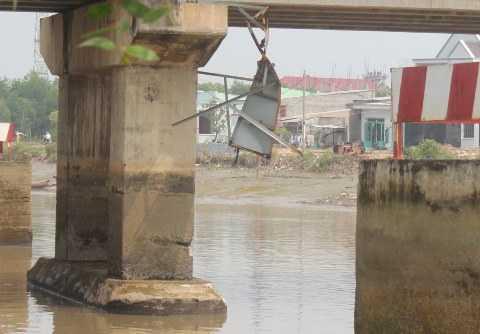 Nhiều khối bê tông bị vỡ, bảng giới hạn của cầu cũng bị thân xà lan va đập làm hư hỏng
