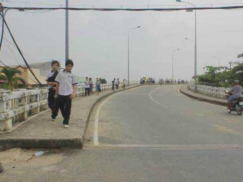 Nhiều học sinh phải đi bộ về nhà