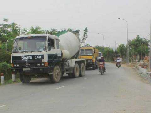 Nhiều xe ô tô có trọng tải lớn phải đỗ lại hai bên đầu cầu Bà Sáu do phía trước đã bị lực lượng chức năng phong tỏa