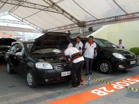 Khảo sát từ các chuyên gia đến từ Bridgestone, GS, 3M, Total, Toyota trong chương trình chăm sóc xe Car Care Day vừa tổ chức tại TP HCM và Hà Nội, nhiều chủ xe vẫn thiếu kiến thức hoặc hiểu biết cơ bản về chiếc xe của mình. Ảnh Bobi.