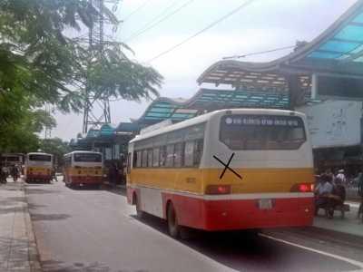 Một xe khách nhái xe buýt trà trộn trong trạm trung chuyển buýt Long Biên. Ảnh: Sỹ Lực.