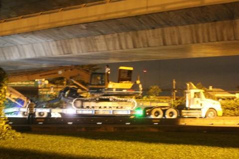 Hiện trường container chở xe múc mắc kẹt tại gầm cầu Quang Trung