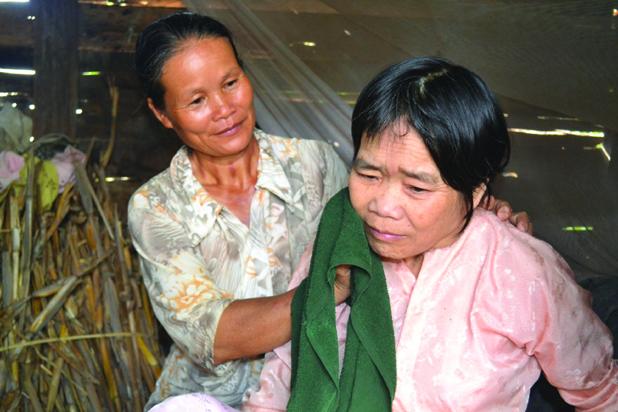 Bà Ngọ chăm lo cho bà Nhu từng miếng cơm, ngụm nước.