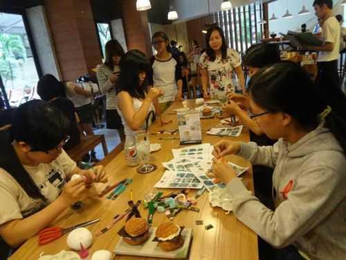 Lớp học thủ công và ekip thực hiện TV show của Viết Tuấn.