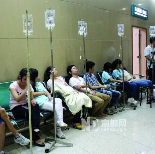 Nhiều công nhân Trung Quốc ngồi la liệt ở hành lang bệnh viện