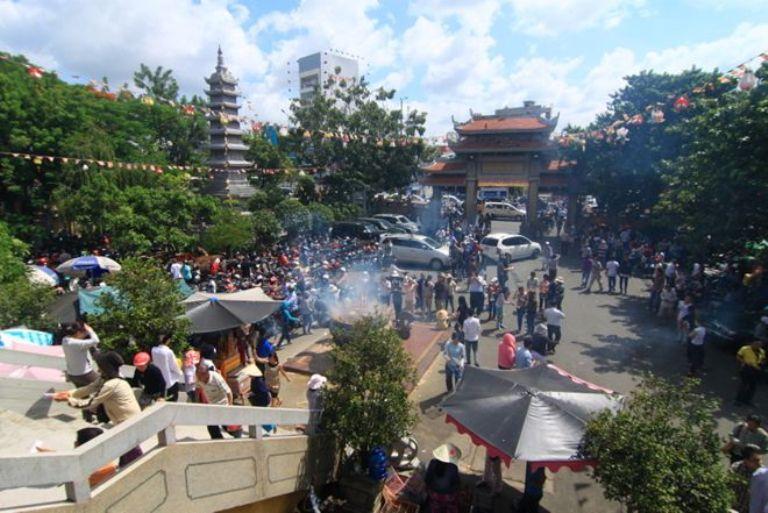 Ngày 21/8 (rằm tháng 7 âm lịch), rất nhiều người dân Sài Gòn tìm đến các chùa lớn như Vĩnh Nghiêm, Việt Nam Quốc Tự, Phổ Quang làm lễ Vu Lan báo hiếu. Tại chùa Vĩnh Nghiêm (Q.3, TP.HCM), đông đảo phật tử, người dân đổ về để làm lễ Vu Lan.