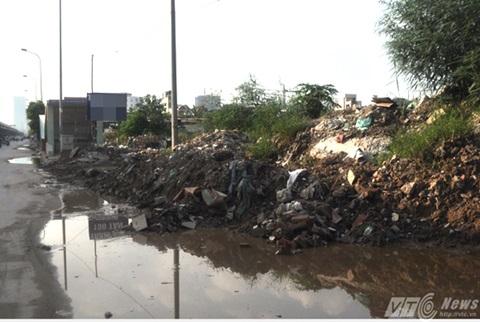 Các loại phế thải, nước đọng khiến tuyến đường này rất nhếch nhác, bụi bẩn