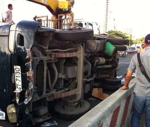 Hiện trường sự cố xe chở bia lật trên cầu Sài Gòn