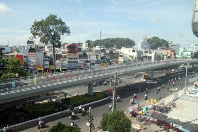 Cầu vượt bằng thép tại nút giao thông đường 3/2 - Lý Thái Tổ - Nguyễn Tri Phương được khởi công từ 27/4. Sau 4 tháng xây dựng, cầu sẽ thông xe vào ngày 27/8, sớm hơn 1 tháng so với dự kiến.