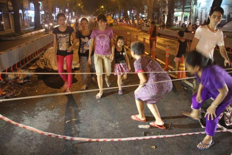 Ban ngày cầu vắng tanh, chỉ một vài công nhân thi công nhưng đến tối, nhiều người chui rào leo lên cầu.