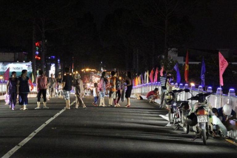 Người lớn, trẻ em, thanh niên lên cầu để di dạo, hóng gió, biến cầu vượt trở thành... phố đi bộ.