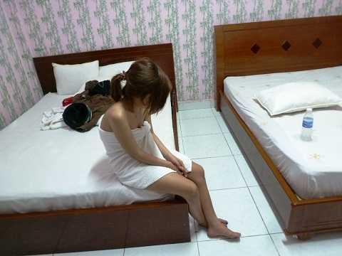 Một trong ba cô gái đang thực hiện hành vi bán dâm cho khách bị tổ công tác bắt quả tang