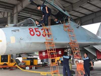 Các kỹ sư, nhân viên kỹ thuật ở bốn chuyên ngành chuẩn bị máy bay trước khi bay.
