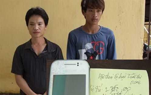 Nghi phạm Hoàng Ngọc Hồng (trái) và Trương Văn Dũng cùng tang vật vụ án.