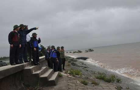 Chủ tịch UBND tỉnh kiểm tra một số điểm xung yếu trên tuyến đê Hà Nam (Quảng Yên) - (Ảnh: Báo Quảng Ninh)