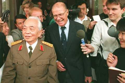 Đại tướng Võ Nguyên Giáp và cựu Bộ trưởng Quốc phòng Mỹ Robert S. McNamara tại Hà Nội năm 1995- Ảnh: AFP