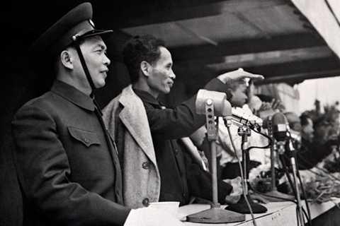Đại tướng Võ Nguyên Giáp và cố Thủ tướng Phạm Văn Đồng tại Hà Nội năm 1955 - Ảnh: AFP