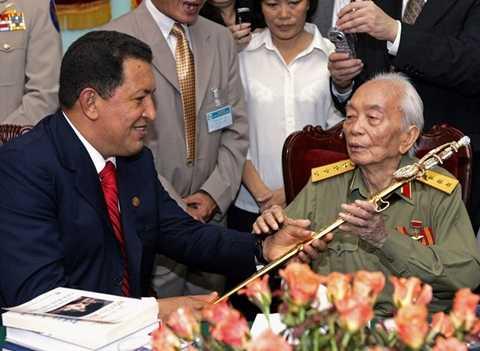 Tổng thống Venezuela Hugo Chavez (trái) tặng thanh gươm cho Đại tướng Võ Nguyên giáp như một món quà gửi tới vị tướng huyền thoại của Việt Nam ngày 1/8/2006 tại Hà Nội - Ảnh: AP