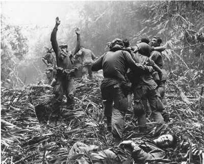 Những binh sĩ Mỹ bị thương trên chiến trường mong chờ cứu hộ