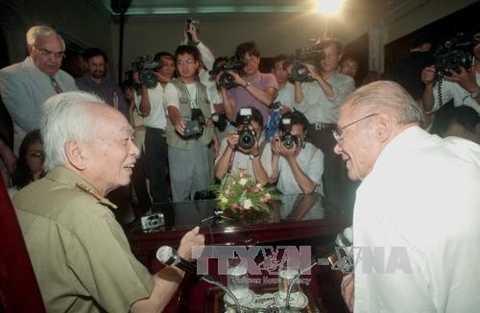 Đại tướng Võ Nguyên Giáp gặp gỡ cựu Bộ trưởng Quốc phòng Mỹ McNamara (Nguồn: TTXVN)