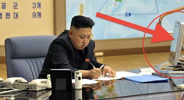 Ông Kim Jong Un và chiếc máy tính iMac (bên trong vòng tròn màu đỏ)