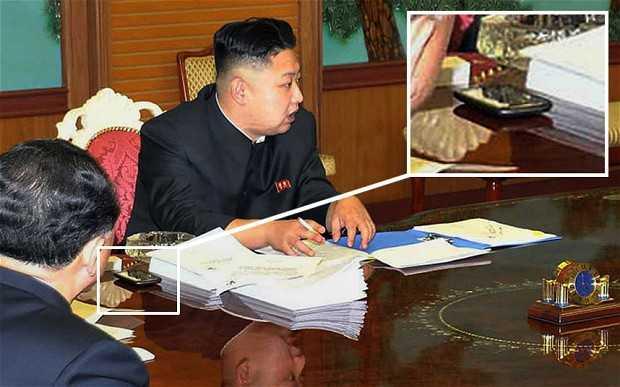 Ông Kim Jong Un và chiếc điện thoại HTC trên bàn họp