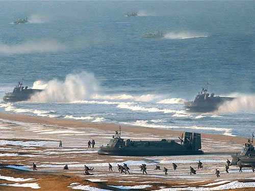 Tấm ảnh bị cho là dàn dựng bằng kĩ thuật bằng cách ghép thêm các tàu đệm khí để phô trương thanh thế cho Triều Tiên