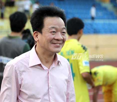 Bầu Hiển rất vất vả để kiếm tiền nuôi các đội bóng (Ảnh: Quang Minh)