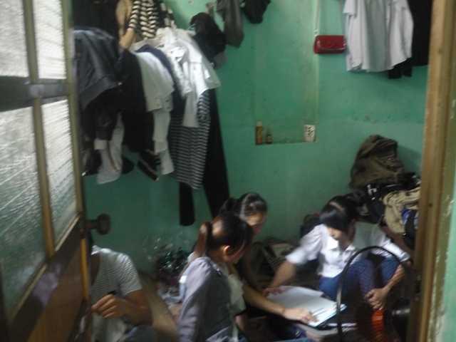 Phòng ở chật hẹp, không có giường ngủ của học viên Lô Hội ở Thái Bình
