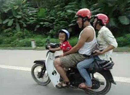 Hình ảnh cậu bé 5 tuổi đi xe máy phóng bạt mạng trên quốc lộ cắt ra từ clip.