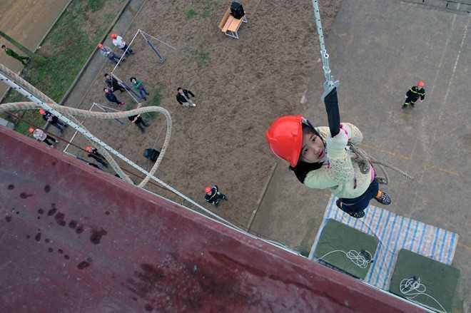 Một em nhỏ tỏ ra rất bạo dạn khi đu từ độ cao gần 30 mét.