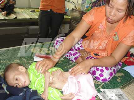 Nhích mang thai hơn 6 tháng đang chăm cháu Dũng tại viện.