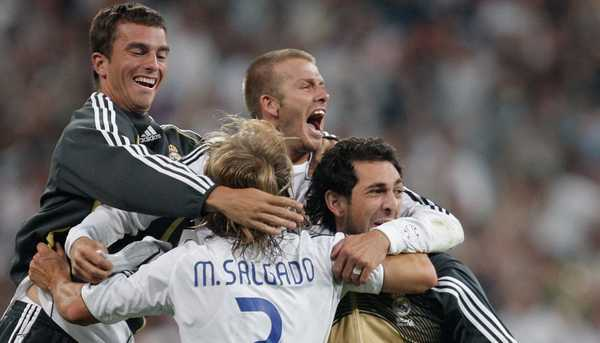 Beckham ăn mừng trong hạnh phúc cùng đồng đội.