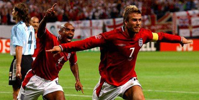 Beckham ăn mừng trong hạnh phúc sau khi chọc thủng lưới Argentina.