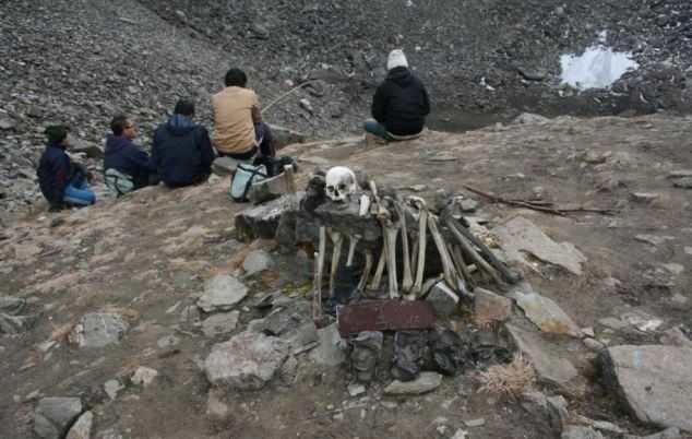 Những bộ xương còn lại trong khu vực hồ